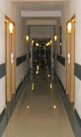 Sol Beach House Menorca : Corridor - gleaming!
