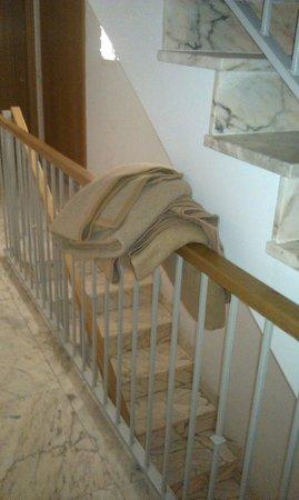 Palas Pineda: Mantas en medio de las escaleras del bloque de los apartamentos