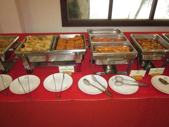 First Bungalow Beach Resort: Lite mer av den väl tilltagna frukosten på hotellet.