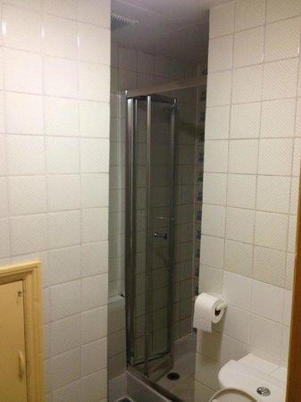 Georgian Hotel : Filthy hallway bathroom