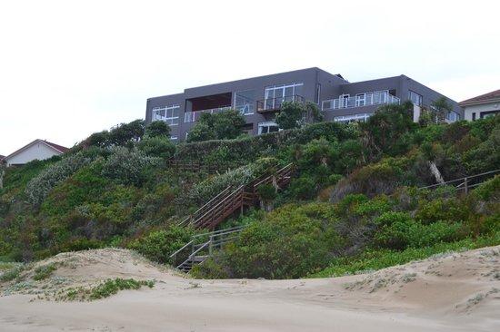 Dune Guest Lodge : Blick auf die Lodge vom Strand
