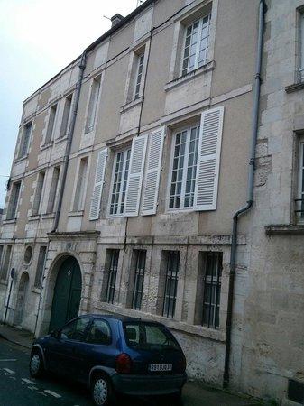 Chambres d'Hôtes Le Tilleul : L'entrée vue de la rue