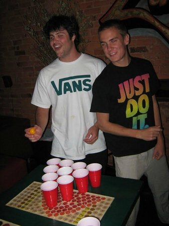 Lucky D's Hostel: Beer pong