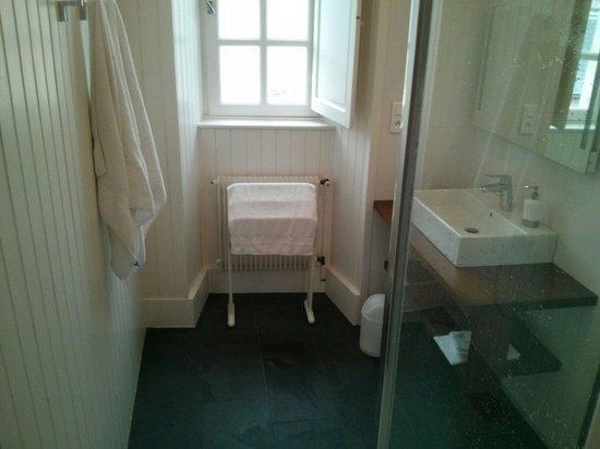 Chambres d'Hôtes Le Tilleul : La salle de bain, chambre du 2e étage