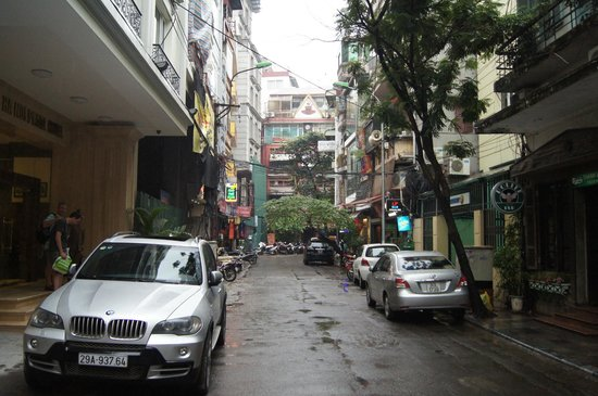 Hanoi Pearl Hotel: street in front