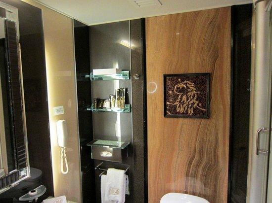 Hotel Lisboa Macau: Marble wall and terracotta tile in bathroom