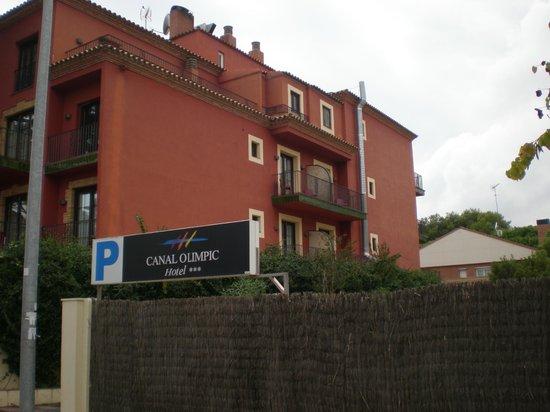 Hotel Canal Olimpic: lateral del hotel,da al parking