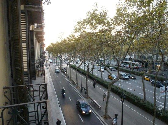 Casa de Billy Barcelona: Looking up towards Place d'Espanya from the balcony.