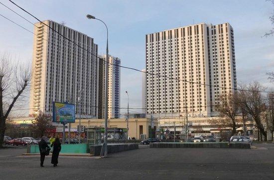 Alfa Hotel : Вид на отель из парка