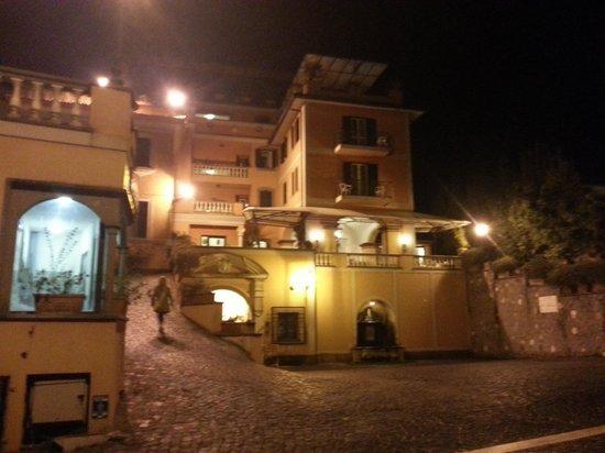 Hotel Castel Vecchio : Hotell från vägen