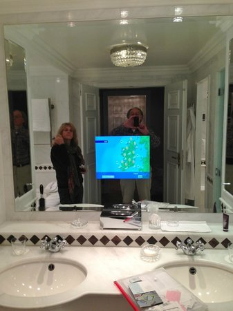 Powerscourt Hotel, Autograph Collection : Do we really need a TV screen in the bathroom mirror?