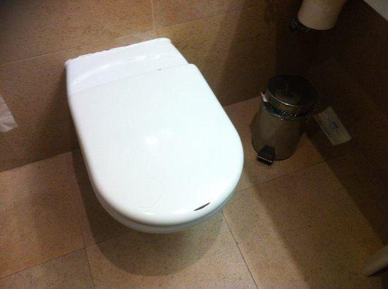 Hotel Deloix Aqua Center : El aspecto de la taza del inodoro