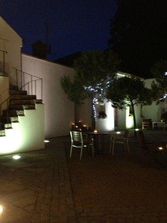 Tulfarris Hotel and Golf Resort: Courtyard at night