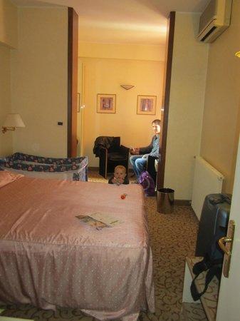 Hotel Aurora Terme: camera con culla