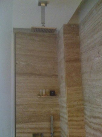 Galaxy Hotel & Spa: Shower