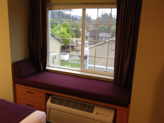 Stay Beyond Inn & Suites: Sitting in the window!