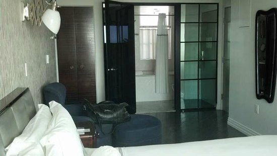 Hotel Shangri-La Santa Monica : Bathroom opens to room