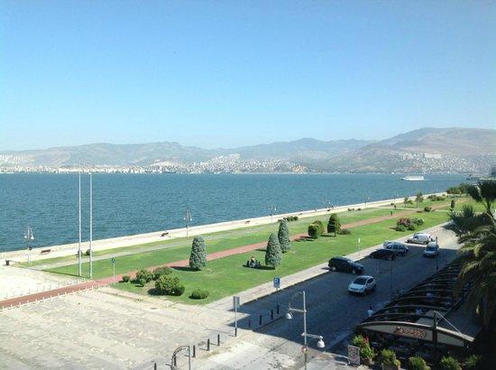 Hotel Izmir Palas: TAVSİYE ETTİĞİM KÖŞE ODANIN MANZARASI-GÜNDÜZ