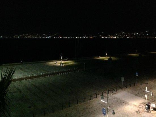 Hotel Izmir Palas: TAVSİYE ETTİĞİM KÖŞE ODANIN MANZARASI-GECE