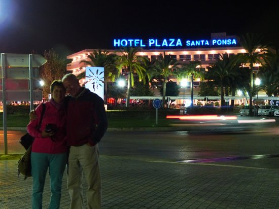 Plaza Santa Ponsa Boutique Hotel: across the roundabout from the hotel