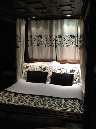 Virginia Cottage Guest House: Great nights sleep in this bed!