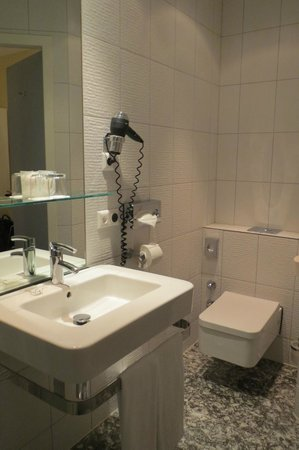Select Hotel Berlin Checkpoint Charlie: Modern bathroom