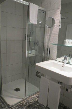 Select Hotel Berlin Checkpoint Charlie: Bathroom, modern