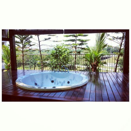 Country Hotel: Private jacuzzi facing the highway