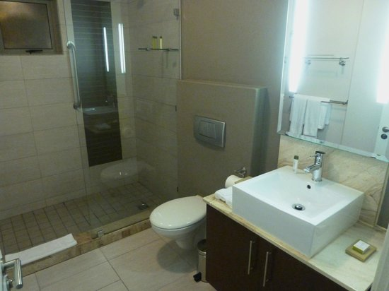 DoubleTree by Hilton Cape Town - Upper Eastside: bath room