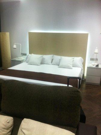 Gaudint Barcelona Suites: cama grande y muyyyy comoda
