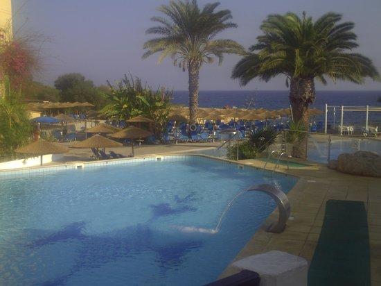 Malama Beach Holiday Village: espace piscine- vue mer