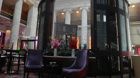 The Ritz-Carlton, Philadelphia: Entrance is large and open with a lively bar under a dome