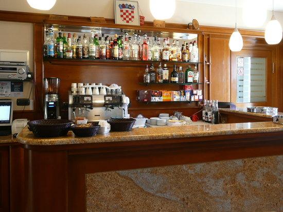 Hotel Tisno: Die kleine Bar im Frühstücksraum