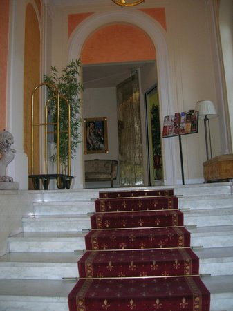Hotel La Fortezza: scala d'ingresso