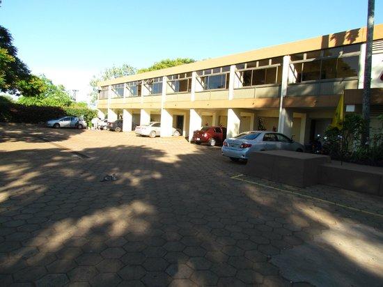 Hotel ACA Santo Tome: La playa de estacionamiento, al fondo las habitaciones