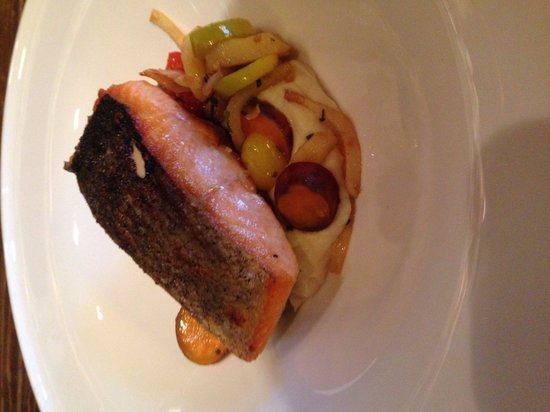 Maggie's Pub: Salmon dinner
