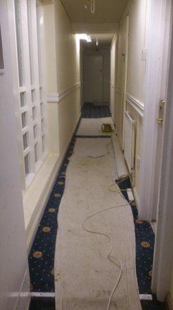 Euro Queens Hotel: couloir et chambres en travaux