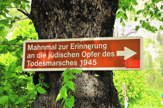 Leopoldsteinersee: Der Hinweis auf die Todesmarschgedenkstätte