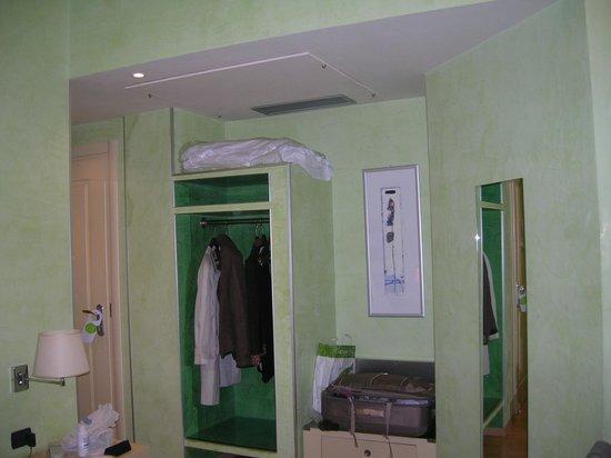 Hotel La Fortezza: particolare della camera - armadio a vista