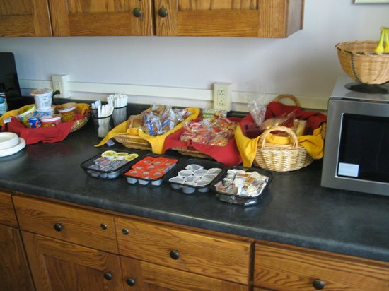 Memorial House Hotel: Breakfast area Food (cereal, fruits, muffins, etc) offered Sat & Sunday