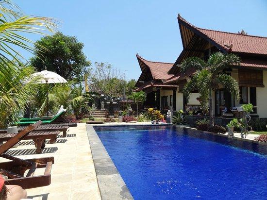 Tradisi Beach-Front Villas: бассейн
