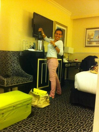Kimpton Muse Hotel: welcome toast...