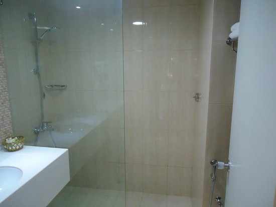 Al Falaj Hotel: The spacious shower