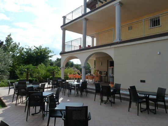 Hotel Splendid Sole: Outdoor cafe seating area