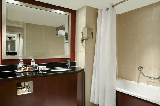 Sheraton Skyline Hotel London Heathrow: Bathroom