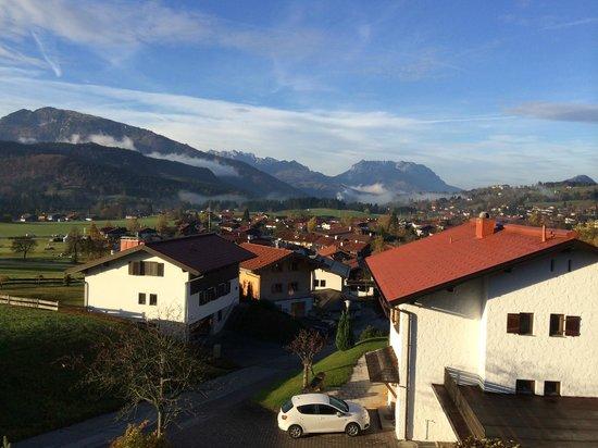Ferienwohnungen Neumaier: Herrlicher Ausblick vom Balkon auf das Kaisergebrige