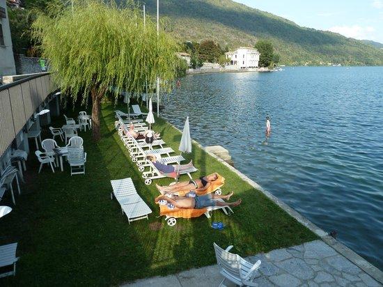 Hotel Due Palme: Lakeside sunbathing area