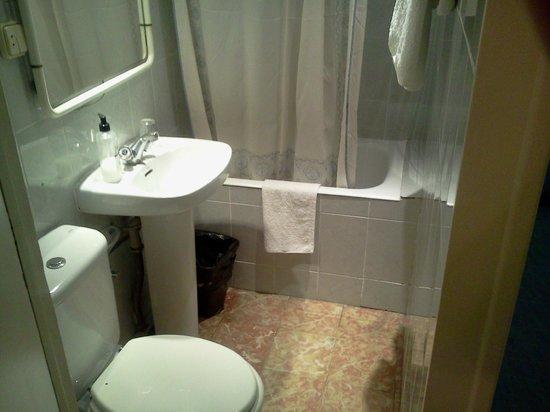 Hostal Bejar: Baño privado de la habitación triple