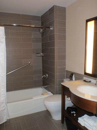 Sheraton Lincoln Harbor Hotel: Clean bathroom