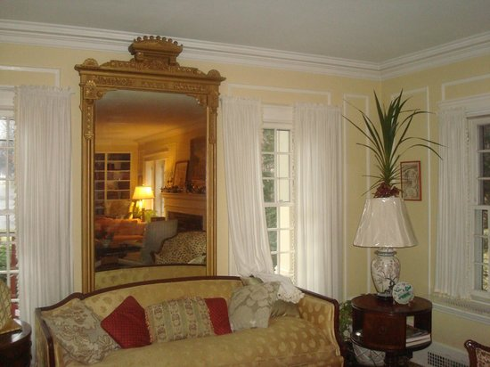 Kilburn Manor : Mirrored image of Living Room